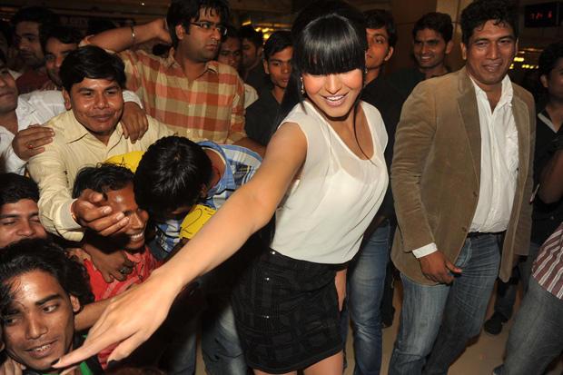 Veena Malik Attempt A Kiss Event On Her Birthday
