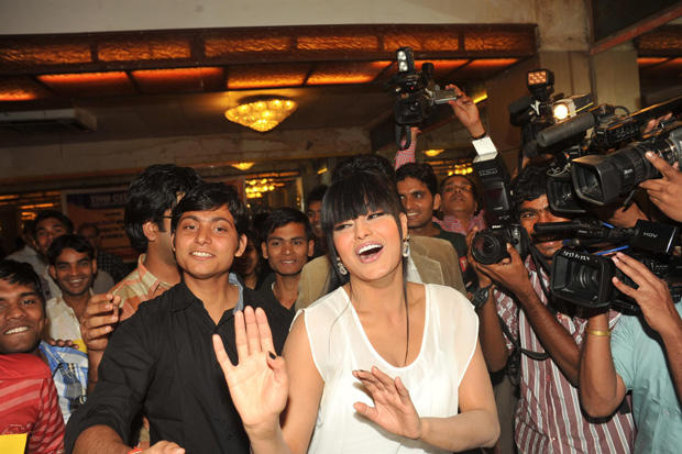 Veena Malik Enjoyed The Event With Fans At Kiss Event