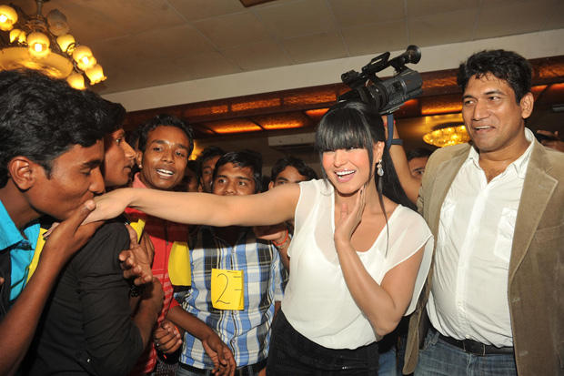 Veena Malik Excited At Kiss Event During The Fans Are Kissed To Her
