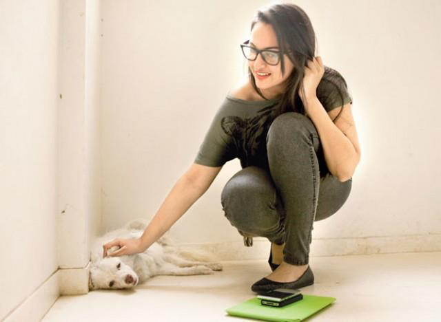 Sonakshi Sinha Playing With Puppy On The Sets Of Filmfare