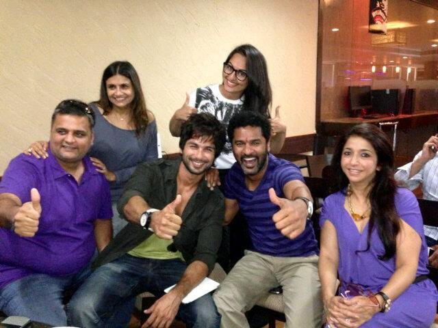 Shahid,Prabhu,Sonakshi And Others Smiling Look Pose On The Sets Of Rambo Rajkumar