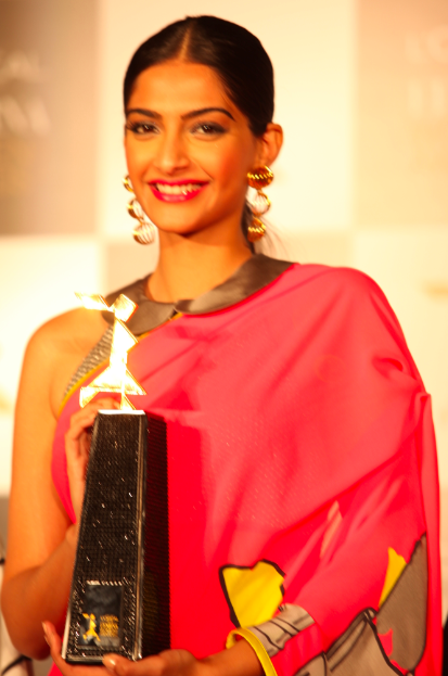 Smiling Sonam Kapoor Posed With Awards At L'Oreal Paris And Femina Women Awards Press Conference