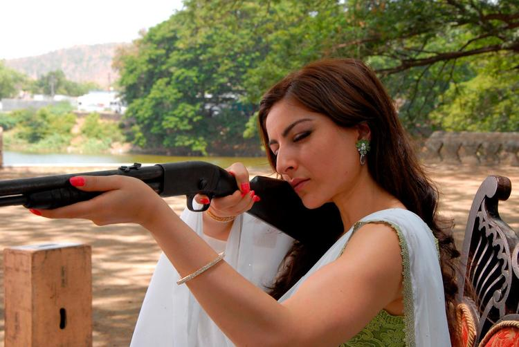 Soha Ali Aimed By A Gun Photo Still From Movie Saheb Biwi Aur Gangster Returns