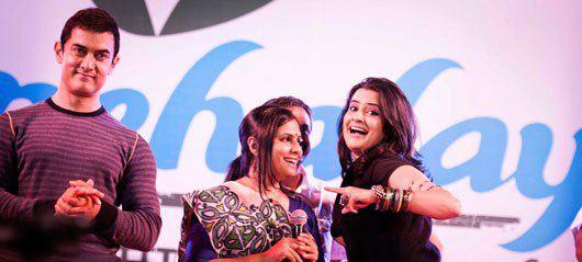 Aamir Khan And Sona Mohapatra Cool Smiling Look At Satyamev Jayate Concert 2013
