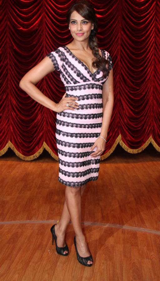 Bipasha Basu Posed For Camera On The Sets Of Zee TV's Show India's Best Dramebaaz