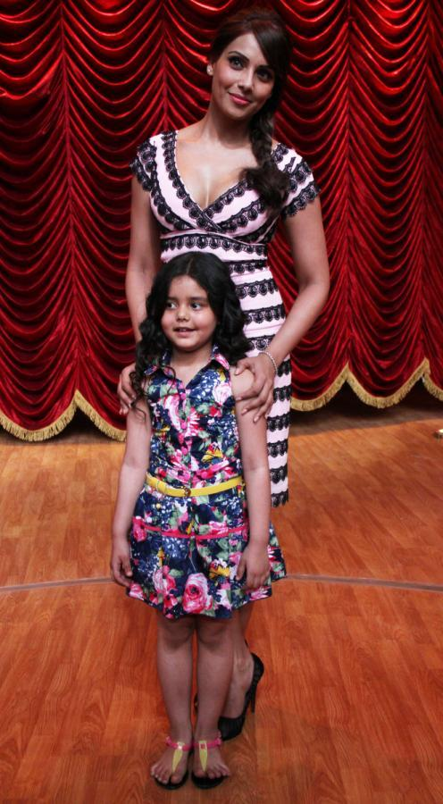 Bipasha Basu Posed With A Kid On The Sets Of Zee TV's Show India's Best Dramebaaz