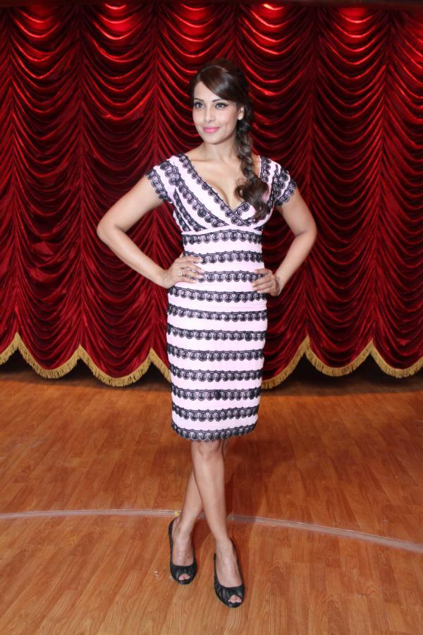 Bipasha Basu Strikes A Pose On The Sets Of Zee TV's Show India's Best Dramebaaz