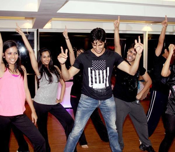 Sidharth Malhotra Shakes His Legs With Academy Student At The Strut Dance Academy