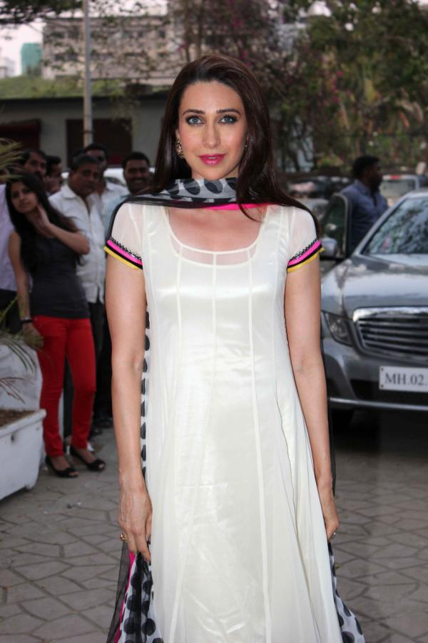 Karisma Kapoor Gorgeous Look At Gitanjali Designer Archana Kochhar Store