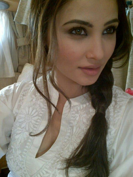 Daisy Shah Hot Look Photo Still In A White Top