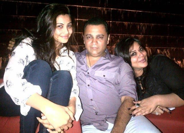 Daisy Shah Latest Photo Still With Friends