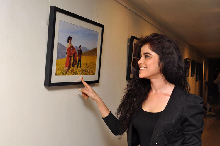 Piaa Bajpai Cute Smiling Photo Clicked At Back Bench Student Movie Photo Exhibition