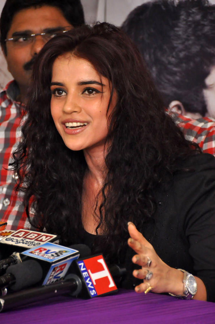 Piaa Bajpai Speaks Out Photo Clicked At Back Bench Student Movie Photo Exhibition