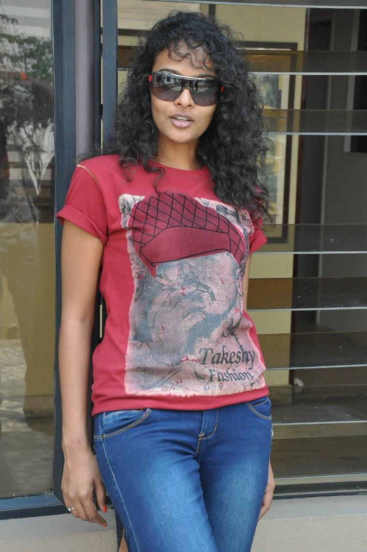 Sonia Deepti Glamour Look At Mr.Manmadha Movie Team Press Meet