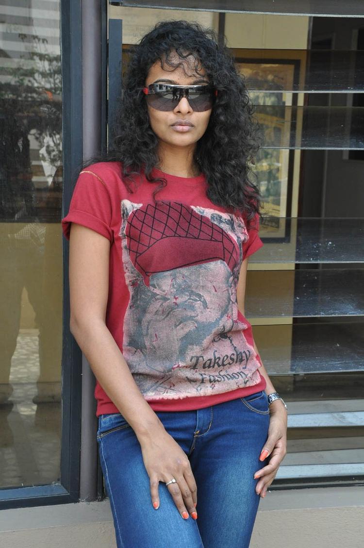 Sonia Deepti Strikes Cool Pose At Mr.Manmadha Movie Team Press Meet