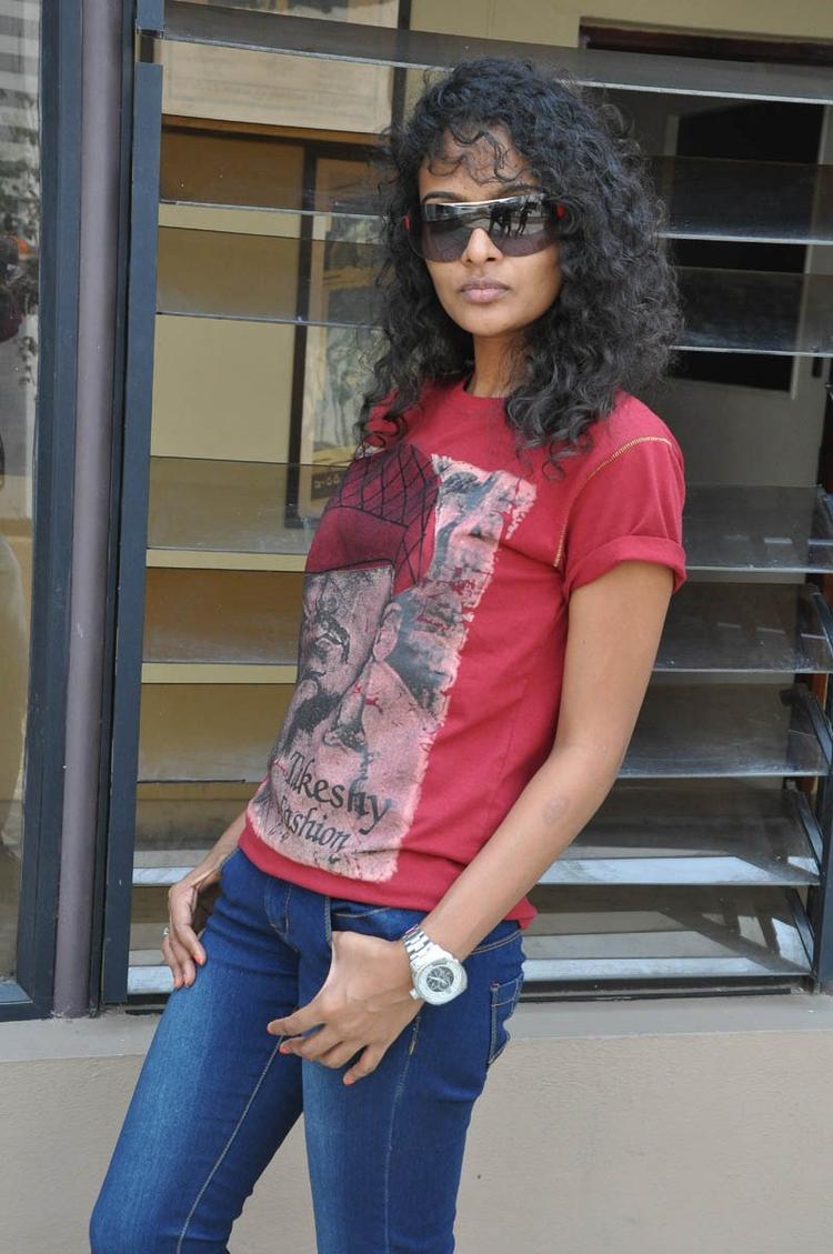 Sonia Deepti Strikes A Pose For Camera At Mr.Manmadha Movie Team Press Meet