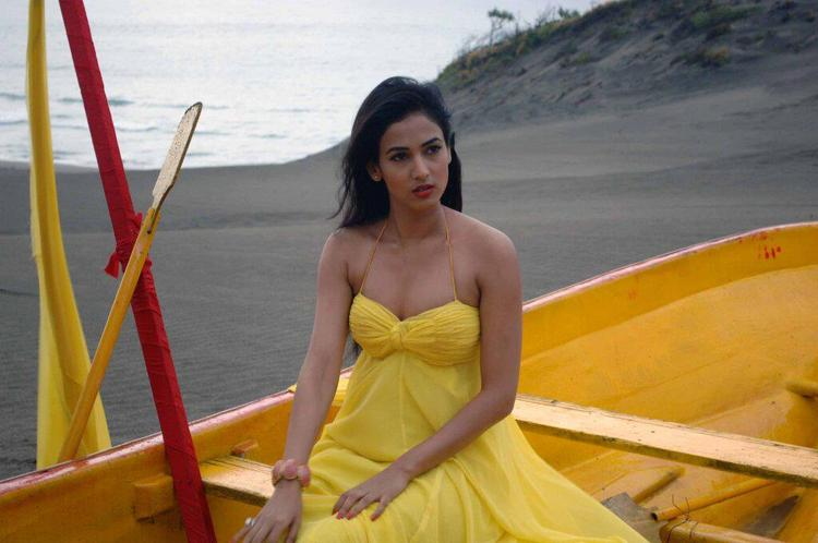 Sonal Chauhan Hot Look In A Sleeveless Dress Photo Still From Movie 3G