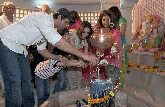 Hrithik And Wife Suzanne Offer Milk To The Shivlings