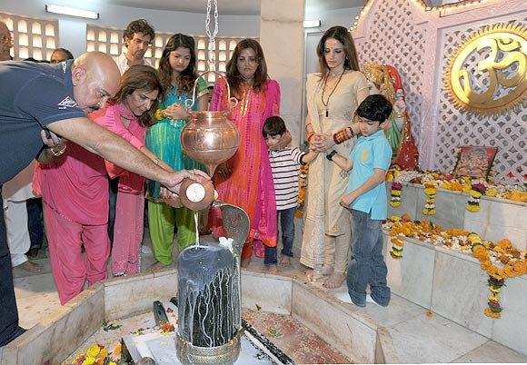 Rakesh And Wife Pinky Offering Milk To God Shiva Hrithik,Suzanne,Sunaina,Hrehaan And Hridhaan Look On At Panvel Shiva Temple