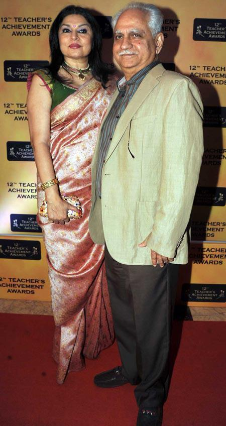 Kiran Juneja With Hubby Ramesh Sippy Posed In Red Carpet During The Teachers Achievement Awards 2013