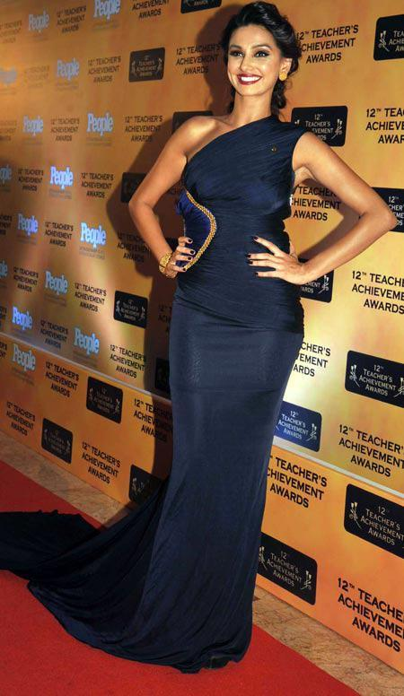 Shibani Dandekar In Red Carpet Strikes A Pose At Teachers Achievement Awards 2013