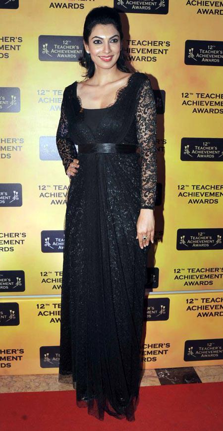 Yukta Mookhey In Red Carpet Glamour Look In Black At Teachers Achievement Awards 2013
