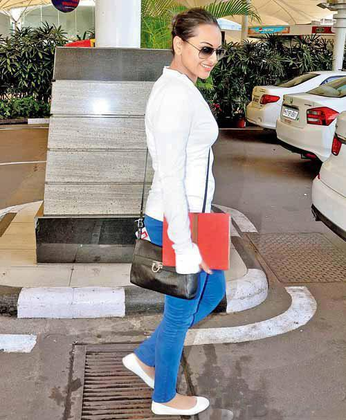 Sonakshi Sinha Spotted At The Mumbai Airport