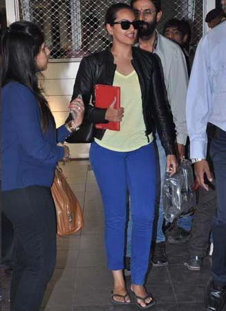 Sonakshi Sinha Walking Photo Clicked At The Mumbai Airport