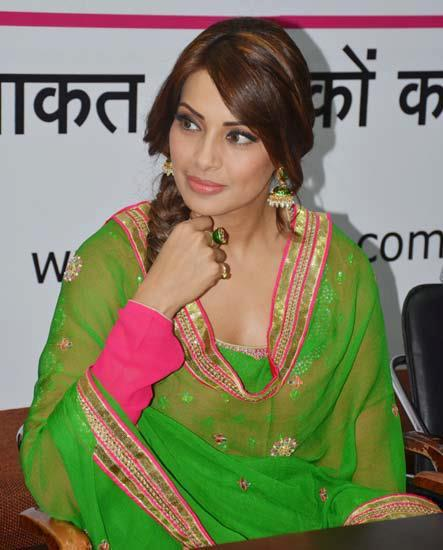 Bipasha Basu Sexy Look Photo Clicked At The Promotional Event Of Aatma In Indore