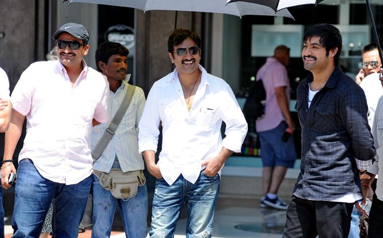 Bandla Ganesh,Srinu And  Jr.NTR Snapped On Baadshah Movie Location