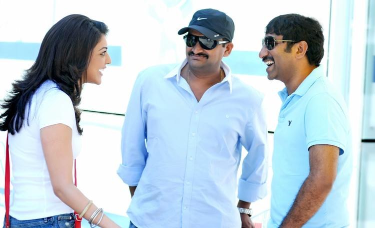 Kajal,Srinu And Bandla Ganesh Smiling Photo Still On Baadshah Movie Location
