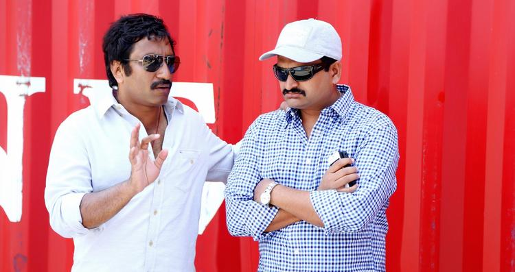 Srinu And Bandla Ganesh Conversation Photo Still On Baadshah Movie Location