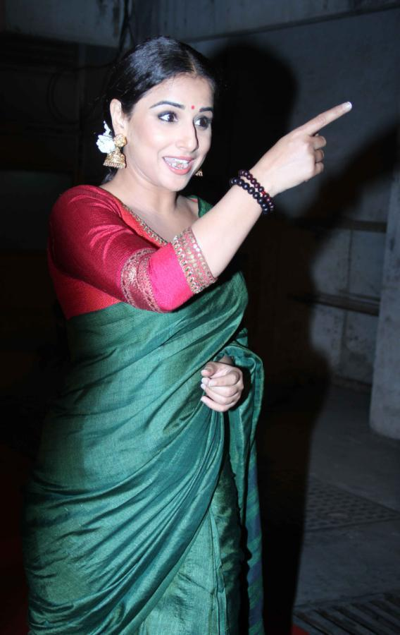 Vidya Balan Point Out Photo Clicked At Bawraas An Evening Of Laughter