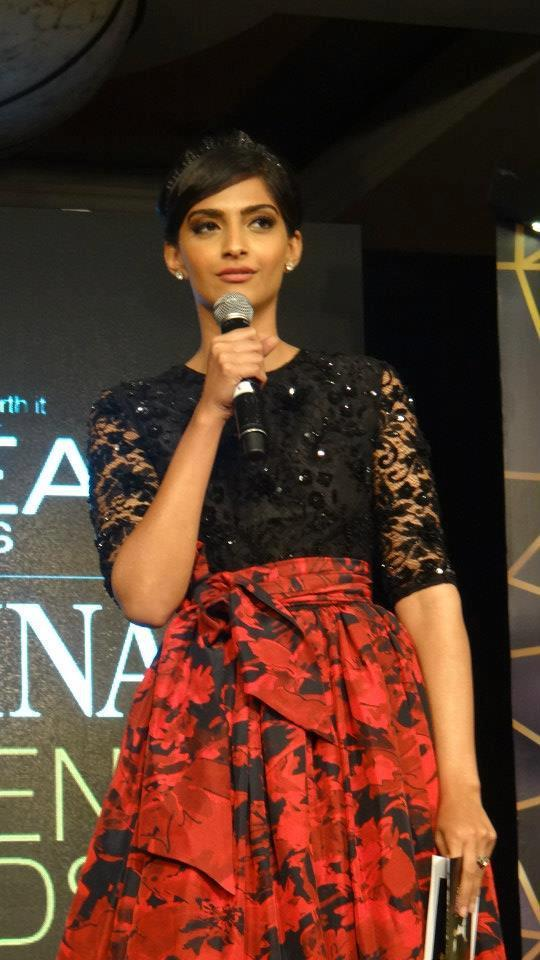 Sonam Looked Glamorous At Loreal Femina Women Awards