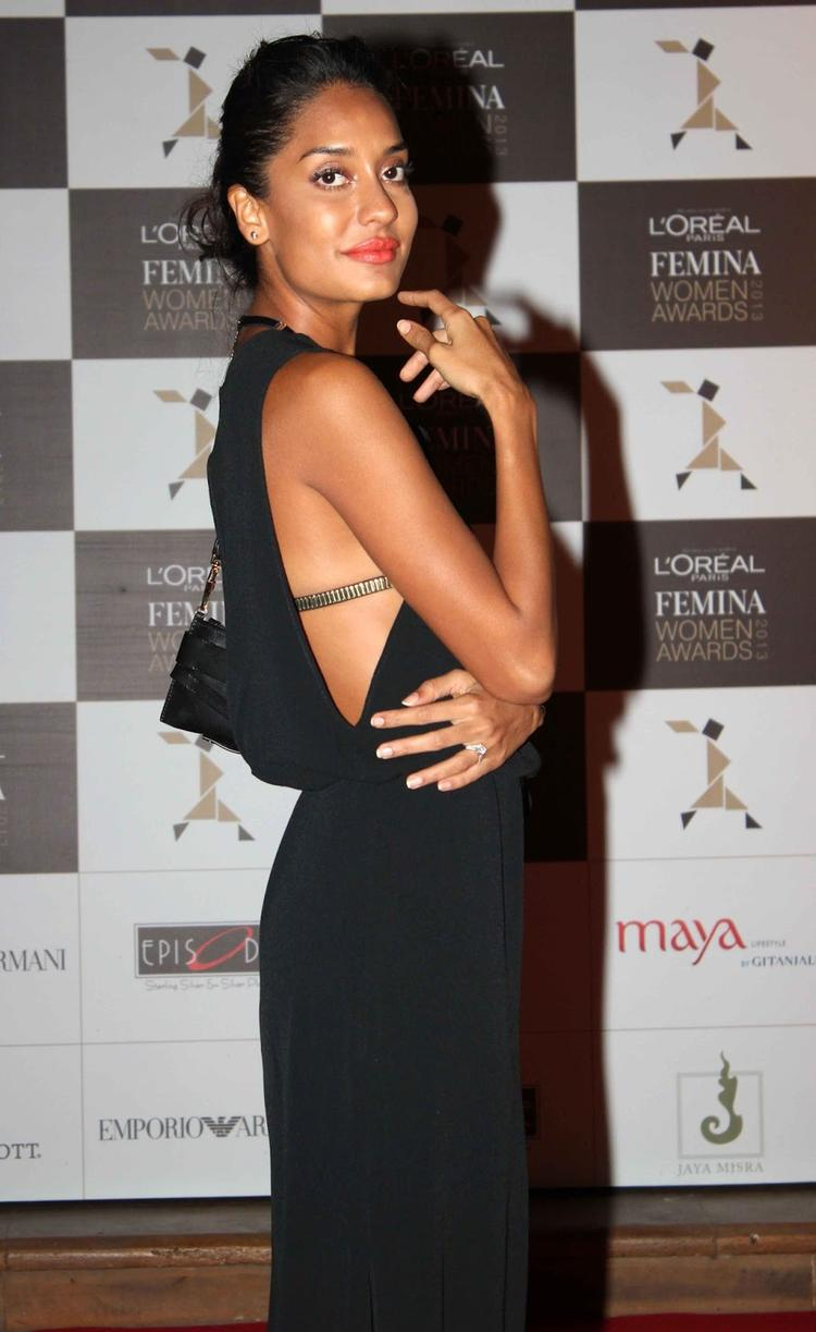 Lisa Haydon Sexy Pose For Camera At Loreal Femina Women Awards 2013