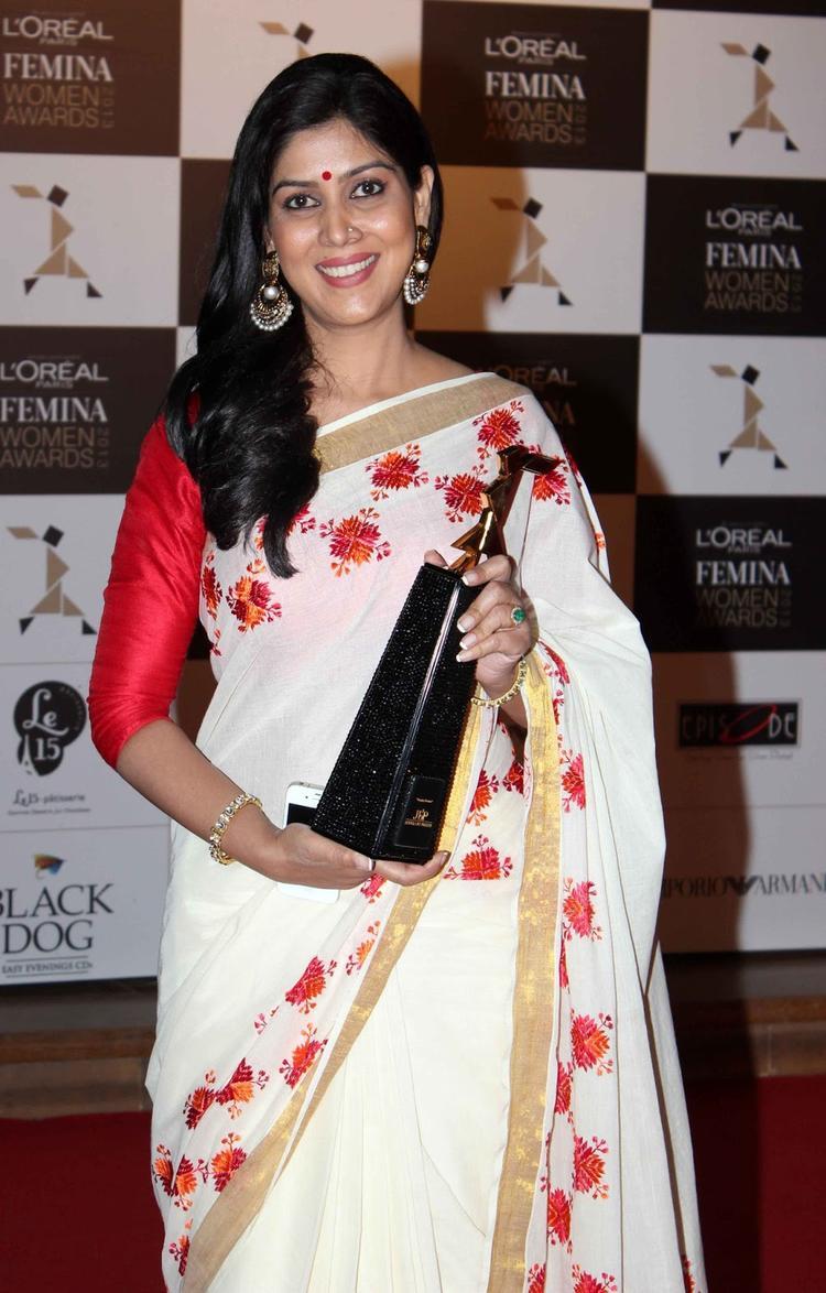 Sakshi Tanwar Posed With Awards At Loreal Femina Women Awards 2013