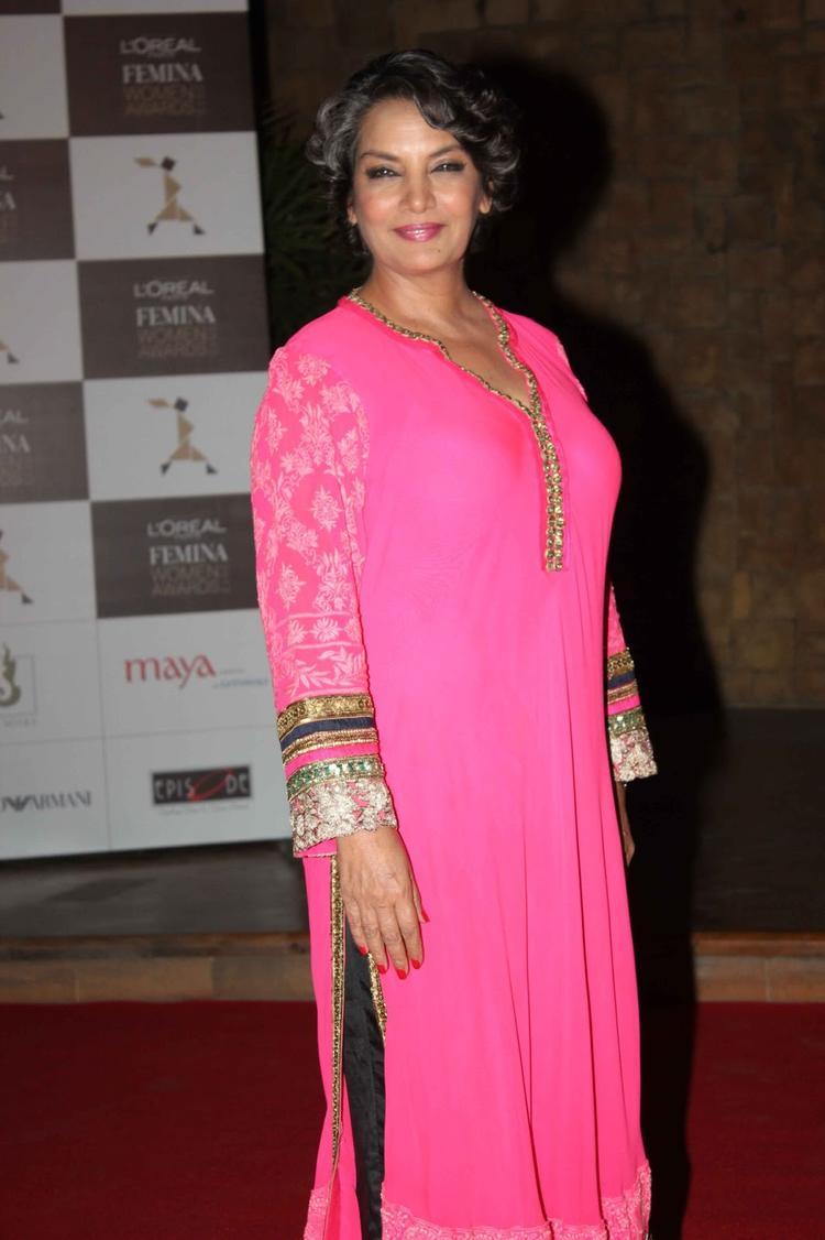 Shabana Azmi Posed For Camera At Loreal Femina Women Awards 2013