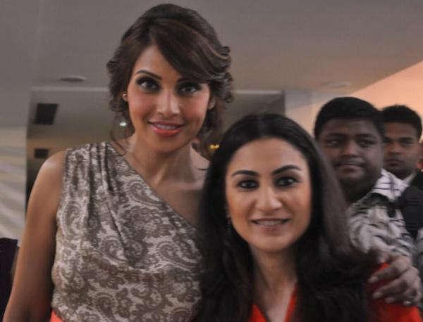 Bipasha With An Aaj Tak Reporter Smiling Pose For Camera During Promotion Of Aatma