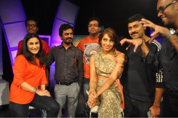 Bipasha And Nawazuddin With Aaj Tak Team Smiling Pose During Promotion Of Aatma