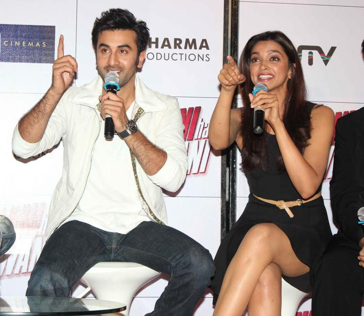 Ranbir And Deepika Point Out Photo Clicked At Trailer Launch Of Yeh Jawaani Hai Deewani