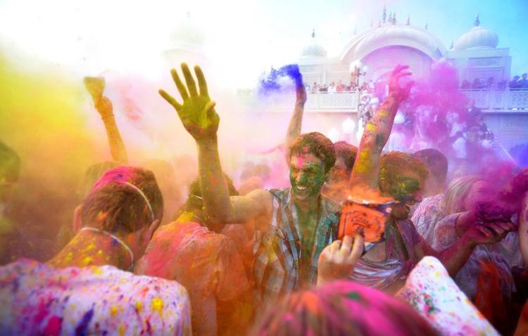 Holi Dance Photo Wallpaper