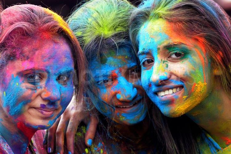 Smiling Ladies Colored Face Holi Wallpaper