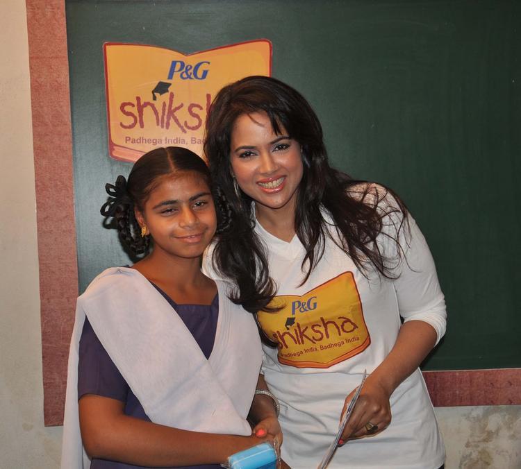 Sameera Presenting A Momento To A Student At P&G Shiksha Diwas In Zilla Parishad Government High School