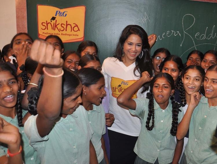 Sameera Reddy Attend P&G Shiksha Diwas In Zilla Parishad Government High School