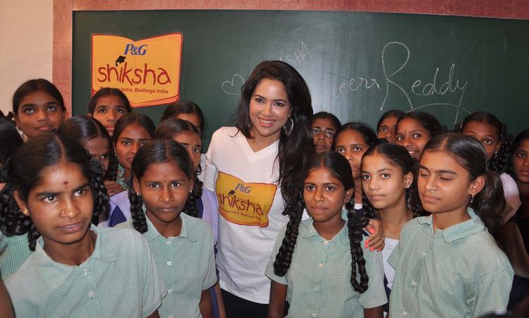 Sameera Reddy Clicked Photo With Childrens At P&G Shiksha Diwas In Zilla Parishad Government High School