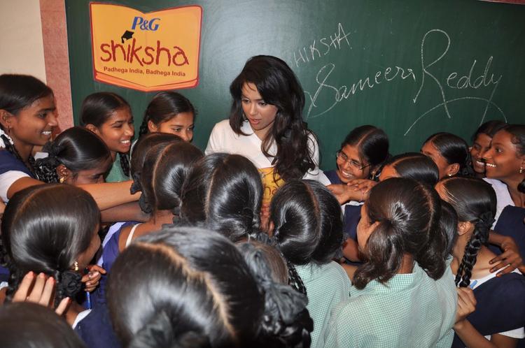 Sameera Reddy Talking With Kids At P&G Shiksha Diwas In Zilla Parishad Government High School