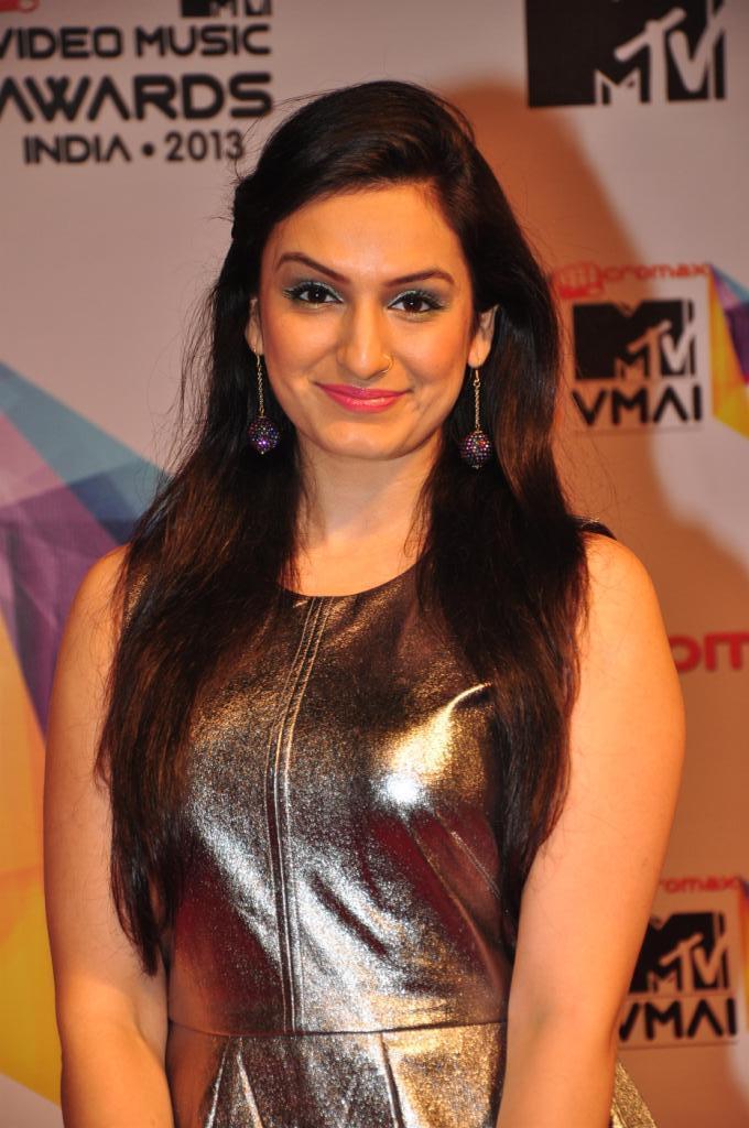 Akriti Kakkar Flashes A Smile At MTV Video Music Awards 2013