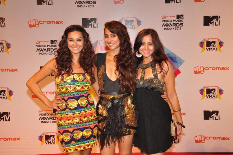 Anusha,Shibani And Apeksha Posed For Camera At MTV Video Music Awards 2013