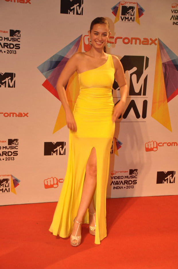 Evelyn Sharma Dazzle In Yellow Dress In Red Carpet At MTV Video Music Awards 2013
