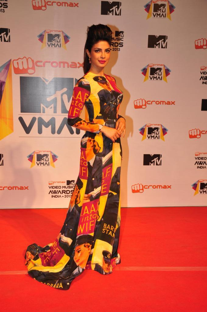 Priyanka Chopra Sizzles In Red Carpet At MTV Video Music Awards 2013